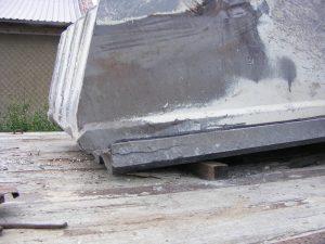 W szczęce ruchomej kruszarki szczękowej pękł i odpadł próg dolny. Uszkodzona była również powierzchnia (przylga) pod narzędzie. Próg został przez nas odbudowany, a przylga zregenerowania nałożeniem warstwy i następnie obróbką mechaniczną (planowaniem) na naszej wytaczarko-frezarce.